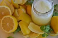 Fresh-squeezed lemonade adds flair to a picnic. (Photo courtesy of Rob Bertholf, flickr)