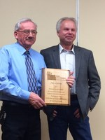 Mike Gartner (left), a procuder from Mandan, receives the Premier Seed Grower Award from Del Gates, president of the North Dakota Crop Improvement and Seed Association. (NDSU photo)